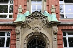 Historisches Schulgebäude - Inschrift Knabenschule - Bilder aus Hamburg St. Pauli.