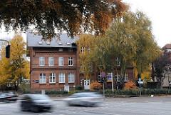 Hamburg Bramfeld Dorfplatz mit alter Schule und Strassenverkehr.