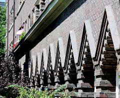 Expressionistische Fassadengestalturn eines Klinkergebäudes in Hamburg Barmbek Nord.