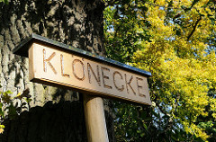 Lemsahler Dorfstrasse - geschnitztes Holzschild Klönecke.