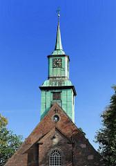 Kirchturm der Nienstedter Kirche. Blauer Himmel und Sonnenschein in Hamburg.