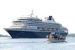 Das niederländische Kreuzfahrtschiff Prinsendam auf der Elbe vor Hamburg - das Passagierschiff kann 793 Passagiere an Bord nehmen.