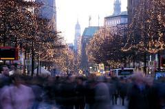 Weihnachtsbeleuchtung in den Strassenbäumen der Mönckebergstrasse - Passanten in der Hamburger Innenstadt - Weihnachtsbilder aus dem Stadtteil Hamburg Altstadt.