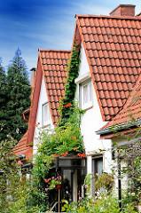 Einzelhäuser mit Ziegeldach - Spitzdach; Wohnhäuser in der Wandsbeker Gartenstadt - Wohnhäuser in der Hansestadt Hamburg.