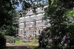 Restauierung des Hessehauses - Landhaus im Blankeneser Hessepark, erbaut um 1800. Baugerüst an der Hausfassade.