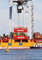 Frachtschiff im Hamburger Hafen; der Frachter liegt am Sthamerkai im Hafenbecken Oderhafen unter einem Kran - Container werden entladen.