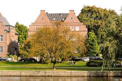 Architekturfotos aus Hamburg Winterhude - Villa am Alsterlauf, Herbstbäume.