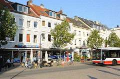 verkehrsberuhigte Grosse Bergstrasse - Bus der öffentlichen Hamburger Verkehrsmittel - Strassencafe.