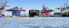 Der Containerfrachter HATSU COURAGE läuft in den Hamburger Hafen ein; das Frachtschiff  hat eine Länge von 334 m und kann 8073 Container TEU transportieren. Blick in den Waltershofer Hafen - rechts das Container Terminal EUROGATE, lks. das Containert