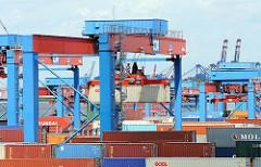 Transport von Containern auf dem Containerlager des Terminals Altenwerder.