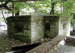 Eingang eines Röhrenbunkers am Winterhuder Weg - Luftschutzbunker am Winterhuder Weg;