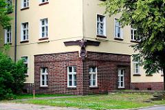 Verklinkerte Ecke eines Kasernengebäudes der ehem. Lettow-Vorbeck-Kaserne - Terrakotta-Adler auf leerem Lorbeerkranz.