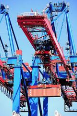 Der Container wurde vom Spreader aufgenommen und hängt unter der Containerbrücke - direkt darüber befindet sich die Kanzel des Kranführers. Hafenfotos vom Containerterminal Burchardkai - Hamburger Hafen.