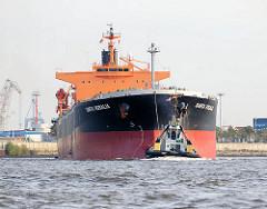Das Frachschiff Santa Rosalia läuft mit Schlepperhilfe aus dem Hamburger Hafen aus.