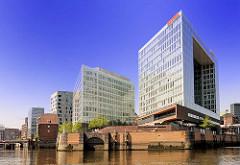 Blick vom Oberhafenkanal auf die Ericusspitze - moderne Bürogebäude in der Hafencity - lks. die Ericusbrücke.