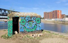 Buntes Graffiti an einer Ziegelmauer am Billehafen in HH-Rothenburgsort - Kontorhaus am Hafen.