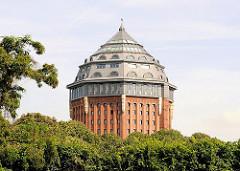 Kuppel des 1910 fertig gestellten Hamburger Wasserturms im Schanzenpark - 2007 wurde in der historischen Industriearchitektur ein Hotel eröffnet.