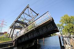 Historische Harburger Klappbrücke - Holzhafenklappbrücke; verbindet den Lotsekai mit der Konsul Ritter Strasse; Industriedenkmal, Klappbrücke mit Eisenbahnschienen.