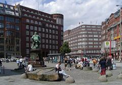 Hamburgs Plätze Bilder vom Gaensemarkt - Lessingdenkmal auf dem öffentlichen Platz.