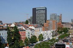 St. Pauli Hafenstrasse - mehrstöckige Gründerzeitgebäude - Bürotürme bei der Bernhard Nocht Strasse.