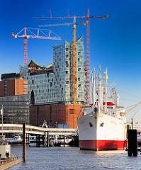 Museumsschiff Cap San Diego an der Überseebrücke - Baukräne an der Elbphilharmonie - Bilder aus dem Hamburger Stadtteil Hafencity.