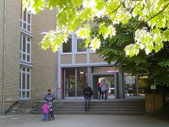Eingang Bezirksamt Hamburg Nord - Kümmellstrasse - Ahornblätter im Gegenlicht.