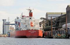 Das Frachtschiff SANTA THERESA am Kalikai im Rethehafen in Hamburg Wilhelmsburg; die Ladung des Massengutfrachters wird gelöscht.