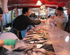 Fischverkauf frühmorgens auf dem Altoner Fischmarkt. Touristenattraktion in Hamburg.