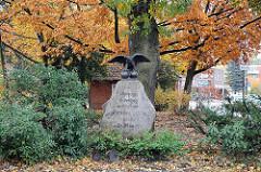 Bramfelder Dorfplatz Denkmal Friedenseiche Findling