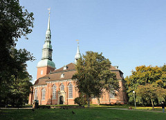 Kirchenschiff / Querhaus + Kirchturm - Hauptkirche Altona Altstadt - St. Trinitatis.