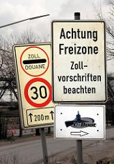 Schild Achtung Freizone - Zollvorschriften beachten; Zoll / Douane.