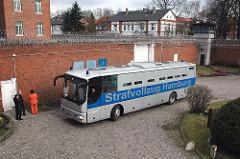Gefangenentransporter Strafvollzug Hamburg - Gefängnisinnenhof Hamburg Fuhlsbüttel.