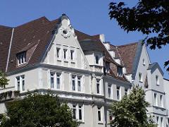 Hausgiebel - Gründerzeitarchitektur Eppendorfer Landstrasse - Stuckdekor - Dachwohnungen.