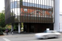 Spiegelung historischer Backsteinhäuser im modernen Glasgebäude in der Klopstockstrasse in Hamburg Ottensen.