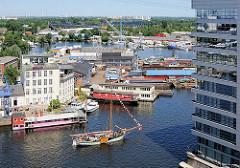Luftaufnahme Harburger Hafen - Blick auf die Werft; im HIntergrund die Schleuse zur Süderelbe und die Harburger Elbbrücken.