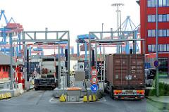 Einfahrt HHLA Container Terminal  Altenwerder - leere und beladene Lastkraftwagen fahren auf das Terminalgelände.