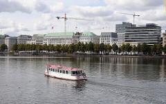 Alsterschiff auf der Binnenalster - Neuer Jungfernstieg mit Baukränen / Hotel Vierjahreszeiten.