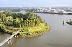 Blick auf den Entwerder Elbpark in Hamburg Rothenburgsort - am anderen Ufer der Norderelbe Industrieanlagen auf der Peute von Hamburg Veddel.
