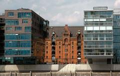 Architektur Fotografie Hamburg - Moderne Gebäude in der Hamburger Hafencity - den entstehenden Stadtteil - Alte und Neue Architektur.