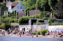 Sommertag in Hamburg Othmarschen - Strandleben an der Elbe; im Hintergrund Häuser von Oevelgönne.