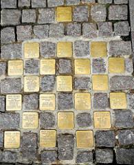 """Verlegte Stolpersteine vor dem Hamburger Rathaus - """"Sie waren gewählte Mitglieder der Hamburgischen Bürgerschaft"""" - Motive aus der Altstadt Hamburgs."""