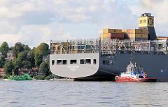Das Containerschiff MSC FAUSTINA wird mit Hilfe von Hafenschleppern im Hamburger Hafen gewendet.