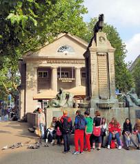 Mönckebrunnen in Hamburg Altstadt - Bronzeskulpturen von Georg Wrba - Portätstele Bürgermeister Johann Georg Mönckeberg (1839 - 1908)
