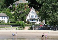 Wohnhäuser am Falkensteiner Ufer in HH-Blankenese; Elbstrand; Menschen gehen am Wasser spazieren.