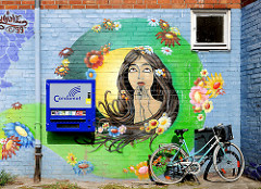 Hausmauer eines Wohnhauses in Hamburg Hamm - Wandmalerei und Kondomautomat.