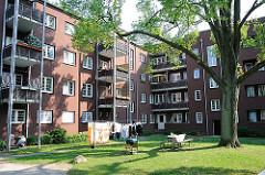Wohnen in Hamburg Ottensen - Wiese im Innenhof der Wohnanlage Friedrich Ebert Hof.