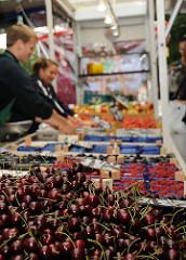 Kirschensaison auf dem Wochenmarkt - Marktstand mit Früchten auf dem Goldbekmarkt.