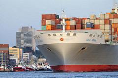 Bug des Containerfrachters OOCL SEOUL  im Hamburger Hafen.