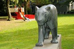 Bronzeskulptur am Stellinger Spannskamp - Sibirischer Tiger bei einem Kinderspielplatz.