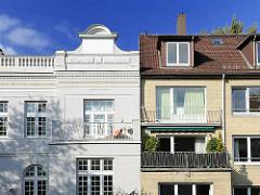 Historisches Gründerzeitgebäude und Neubau der 1950er Jahre mit gelben Ziegelstein verblendet nebeneinander im Hamburge Stadtteil Eilbek.